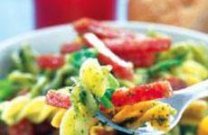 Italiensk pastasallad med salami och pesto