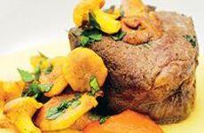 Vildsvinskotletter på rotsaks-, svamp- och lökbädd