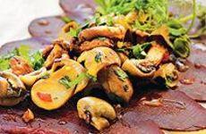 Lättgravad rådjursfilé toppad med persiljestekt svamp