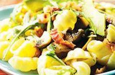 Gnocchipasta med bacon, champinjoner och avokado