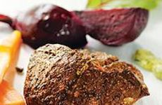 Vild kotlett med rotsaker och rönnbärsgelé