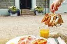 Engelsk frukost med bacon och korv