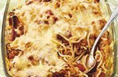 Spagetti i ugn med korv och tomat