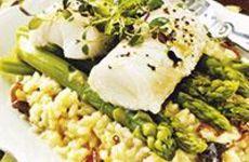 Krämig risotto toppad med sparris och torskrygg