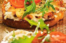 Varm smörgås med makrill i tomatsås