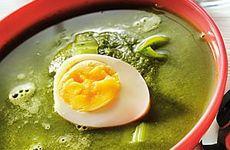 Grönkålssoppa med kokt ägghalva