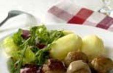 Kycklingköttbullar, potatis, sås och lingon